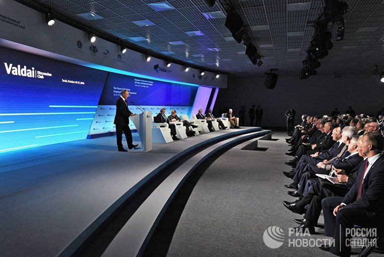 Президент РФ Владимир Путин выступает на итоговой пленарной сессии XIII ежегодного заседания Международного дискуссионного клуба «Валдай»