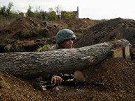 Боец Донецкой Народной Республики в окопах возле села Петровское