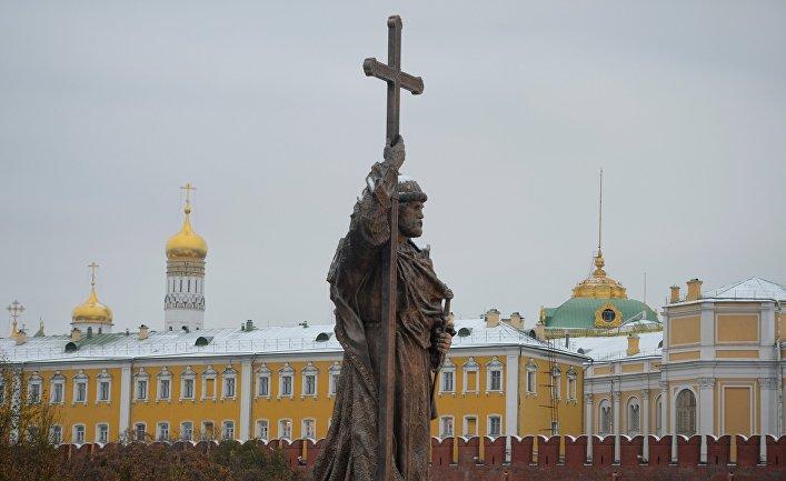 Памятник святому равноапостольному князю Владимиру на Боровицкой площади в Москве