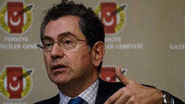 Журналист Кадри Гюрсель во время пресс-конференции в Стамбуле