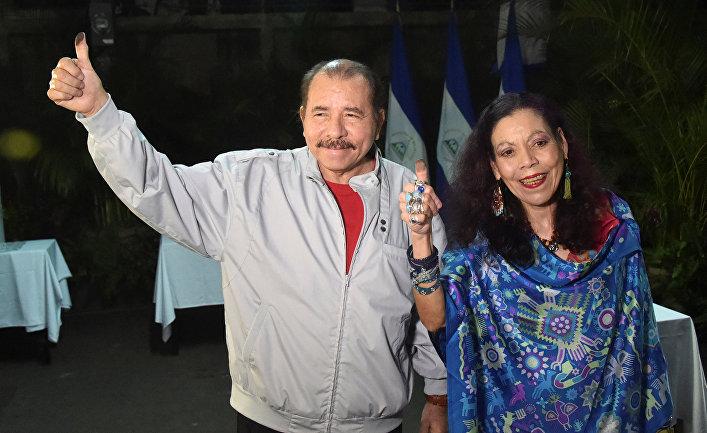 Даниэль Ортега со своей супругой Росарио Мурильо