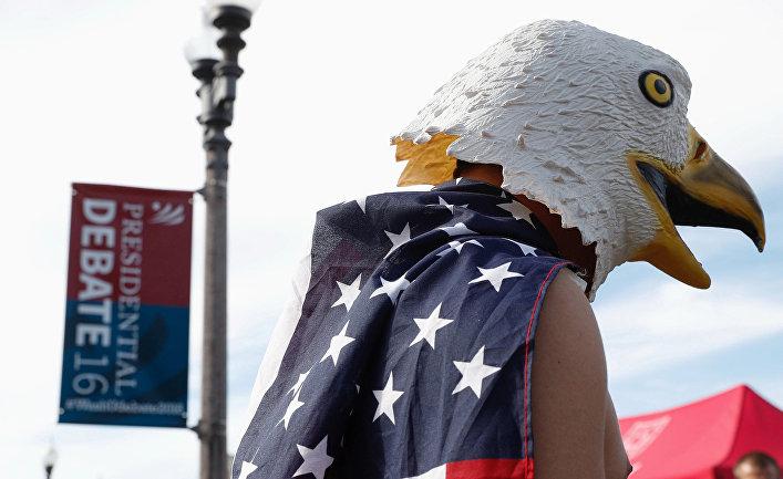Человек в маске орла во время президентских дебатов США
