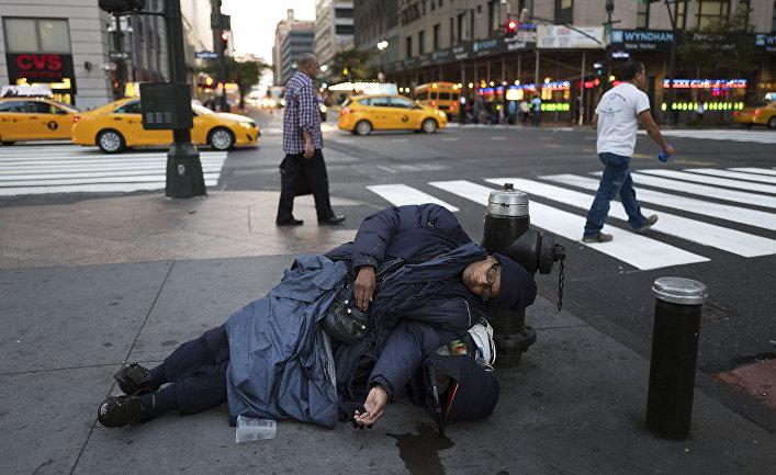 Бездомный на одной из улиц Нью-Йорка