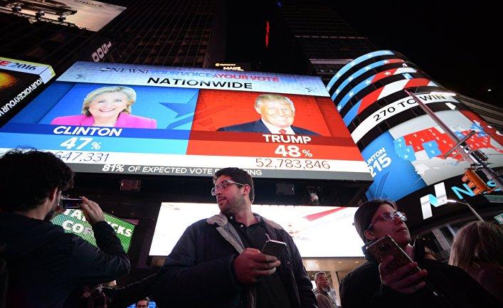 Горожане на площади Таймс-сквер в Нью-Йорке у экранов с предварительными итогами подсчета голосов на выборах президента США