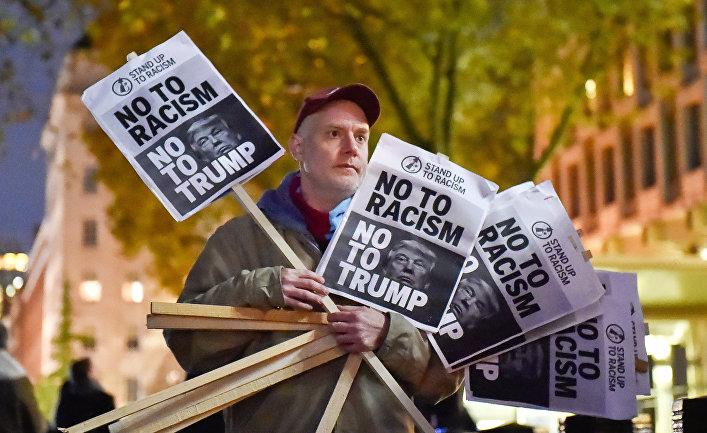 Противник избранного президента США Дональда Трампа во время акции протеста у здания американского посольства в Лондоне