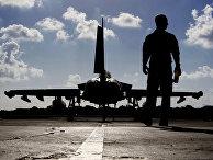Британский военный возле истребителя «Тайфун» перед взлетом в Ирак