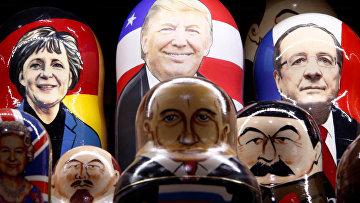 Русские матрешки с лицами известных политиков в сувенирном магазине в центре Москвы