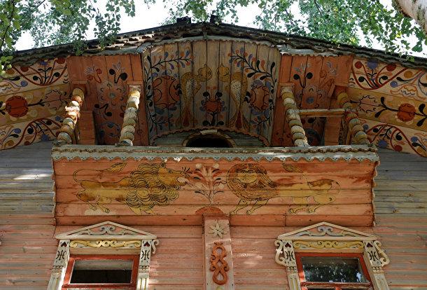 Роспись на фасаде в деревне Моисеевская Первая, Архангельская область