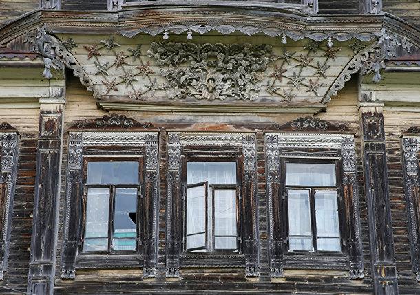Резьба на фасаде дома в деревне Черевково, Архангельская область