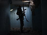 Боец добровольческого батальона «Азов» в деревне Широкино под Мариуполем