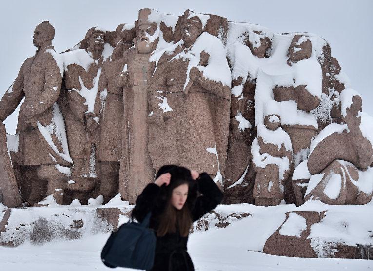Заснеженный монумент «Воссоединение Украины с Россией» после сильного снегопада в Киеве