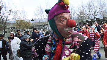 Американский клоун Патч Адамс посещает детскую больницу в Кабуле, Афганистан.