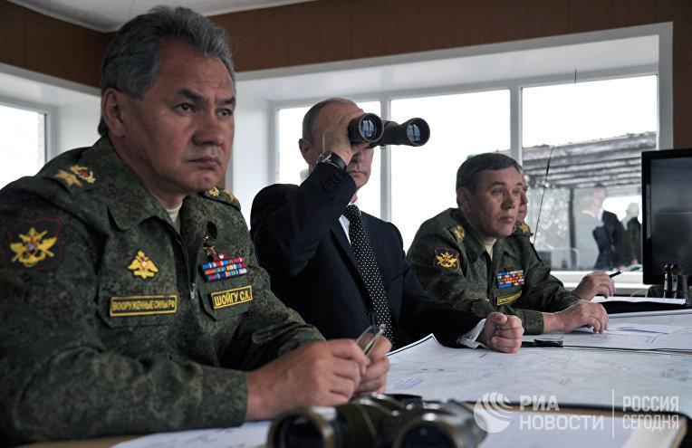 Владимир Путин наблюдает за военными ученииями на забайкальском полигоне