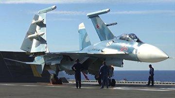 Истребитель Су-33 на палубе тяжёлого авианесущего крейсера «Адмирал Флота Советского Союза Кузнецов» у берегов Сирии в Средиземном море