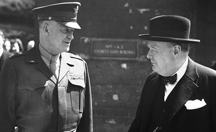 Генерал Дуайт Эйзенхауэр и премьер-министр Великобритании Уинстон Черчилль