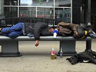 Бездомные спят на одной из улиц в Москве