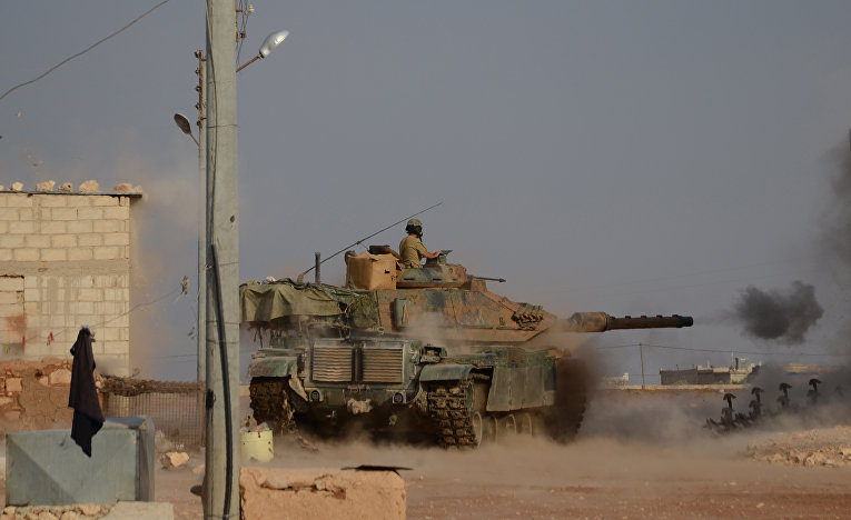 Турецкие солдаты на танке М60 в ходе боевых действий в Сирии
