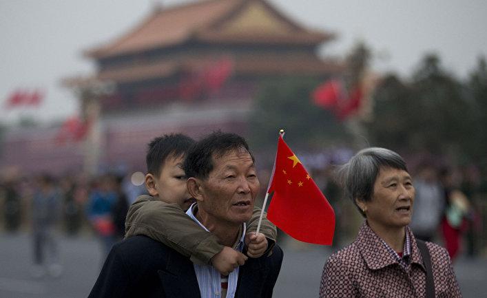 Пожилая пара с ребенком на площади Тяньаньмэнь в Китае