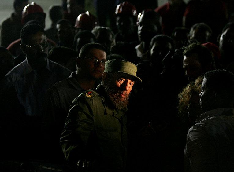 Фидель Кастро во время посещения строительной площадки в Гаване