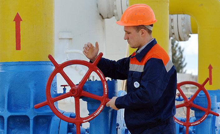 Сотрудник газо-насосной станции в городе Боярка в Киевской области