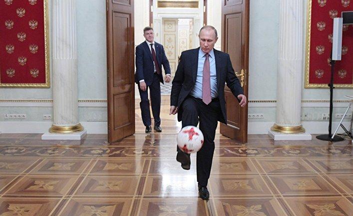 Президент РФ Владимир Путин с мячом после встречи в Кремле