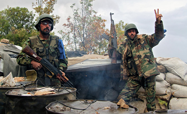 Бойцы отряда сирийского ополчения «Ястребы пустыни» на севере Латакии