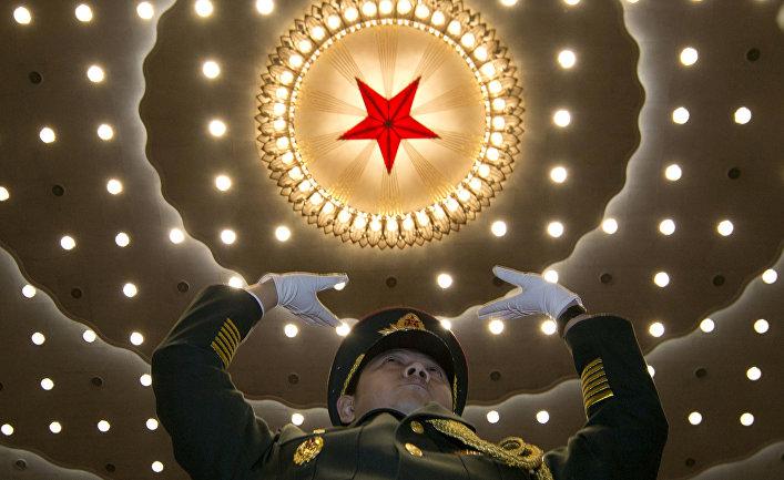 Дирижер военного оркестра во время первой сессии ВСНП в Доме народных собраний в Пекине