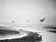 Советские самолеты облетают вражеские позиции под Москвой. 1941 год