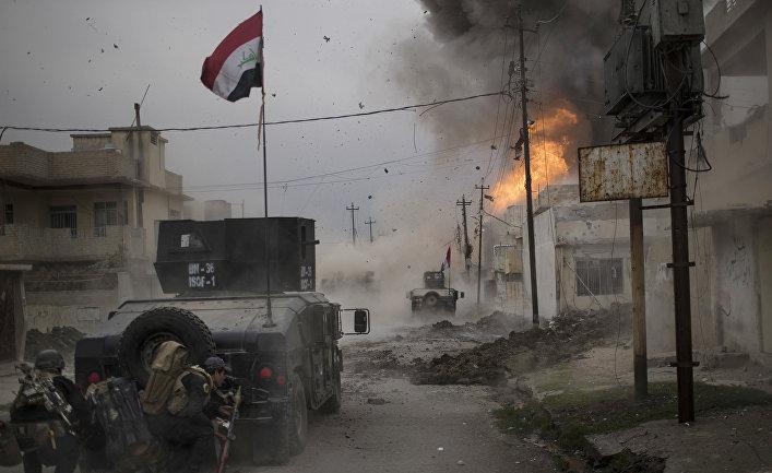 Взрыв бомбы возле бронетехники иракского спецназа в Мосуле