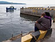 Рыболовный сейнер в поселке Китовый на острове Итуруп, Курилы