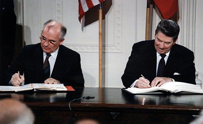 Михаил Горбачев и Рональд Рейган подписывают Договор о ликвидации ракет средней и малой дальности