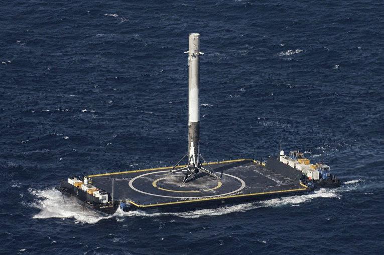 Посадка первой ступени ракеты Falcon 9 компании SpaceX на платформу в Атлантическом океане