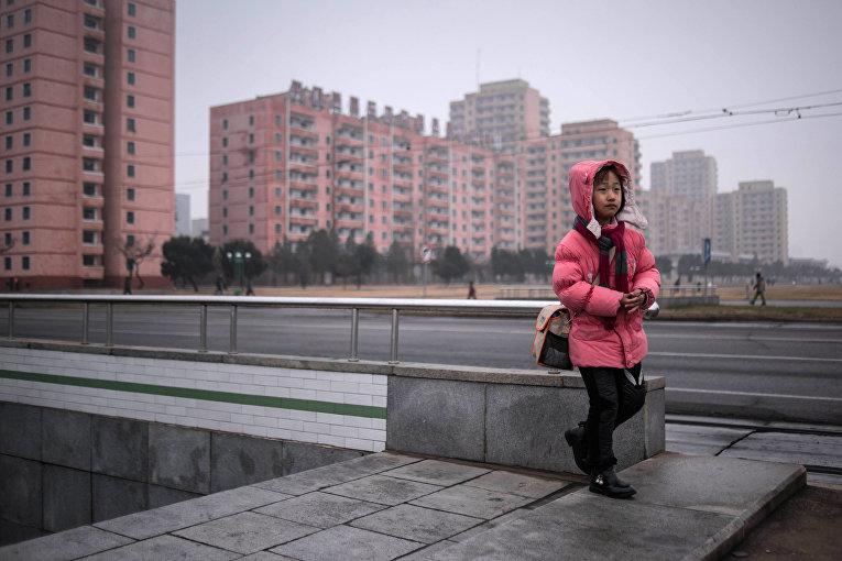 Ребенок выходит из подземного перехода в Пхеньяне