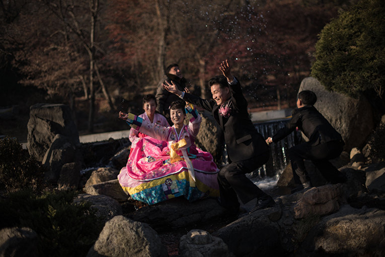 Жених и невеста позируют для фото в парке в Пхеньяне