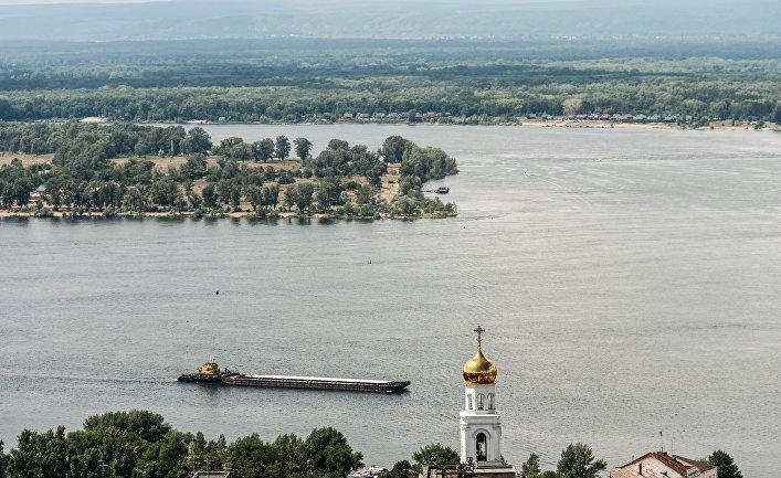 Баржа на Волге в Самаре. Справа - колокольня Иверского женского монастыря