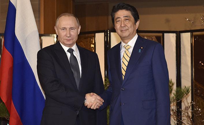 Президент РФ Владимир Путин во время встречи с премьер-министром Японии Синдзо Абэ