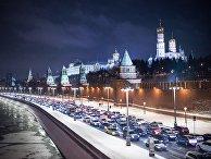 Автомобильное движение на Кремлевской набережной в Москве
