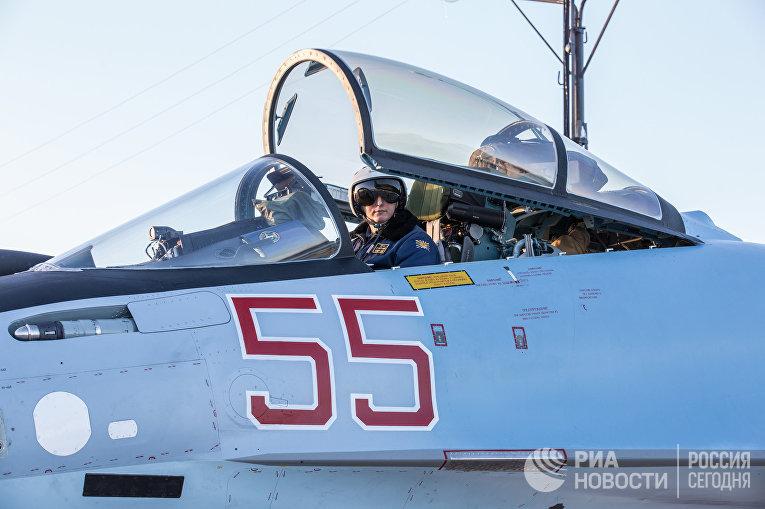 """Летчик в кабине истребителя Су-35 на аэродроме """"Бесовец"""" в Республике Карелия"""
