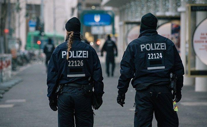 Сотрудники полиции недалеко от места теракта в Берлине