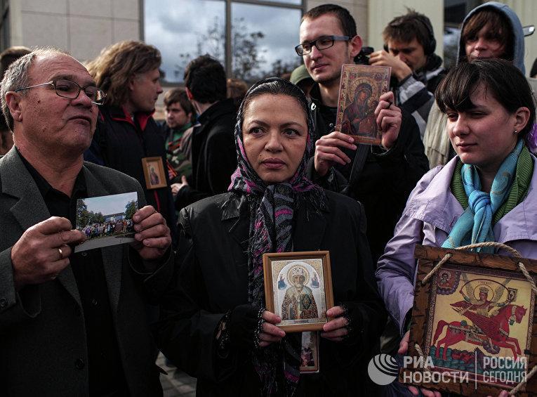 Православные активисты у здания Мосгорсуда