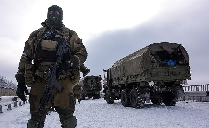 Пророссийский ополченец рядом с аэропортом Донецка
