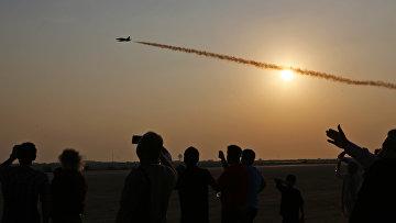Посетители Iran Air Show 2016 наблюдают за выступлением латвийской пилотажной группы Baltic Bees