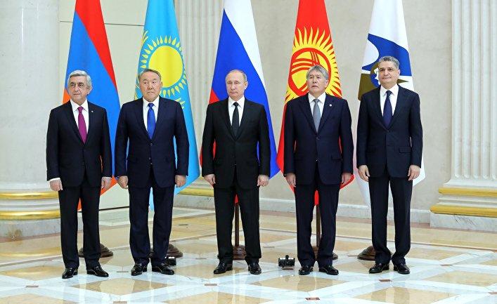 Президент РФ Владимир Путин на церемонии совместного фотографирования глав ВЕЭС