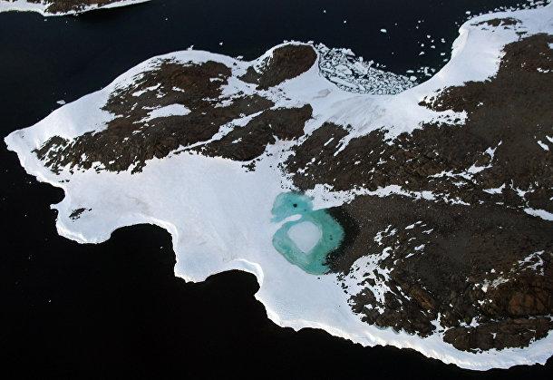 Бирюзовое озеро, образовавшееся от таяния снега в Антарктике