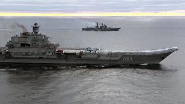Тяжёлый авианесущий крейсер «Адмирал Кузнецов» (на первом плане) и СКР «Адмирал Григорович»