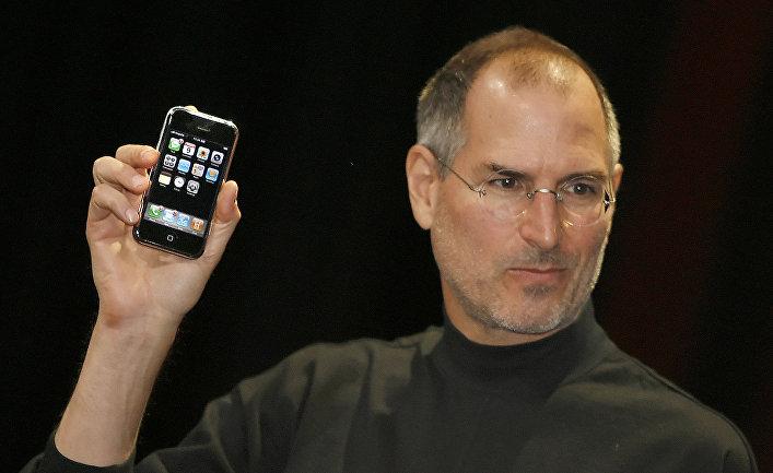 Стив Джобс представляет первый iPhone