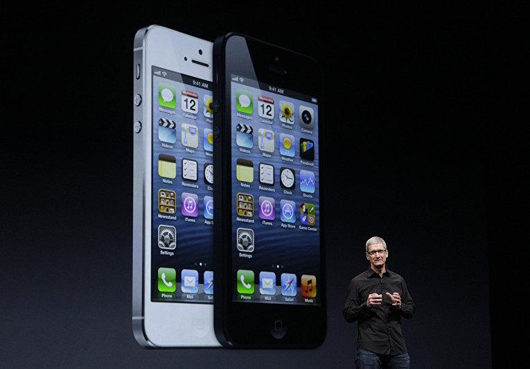 Генеральный директор Apple Тим Кук на презентации iPhone 5