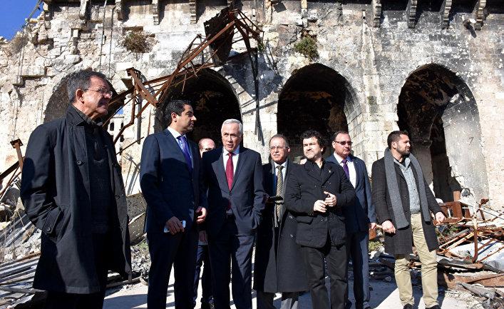Французские депутаты во время посещения древней мечети Омейядов в Алеппо