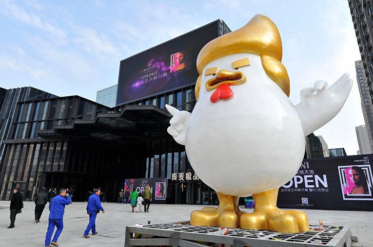 Гигантская скульптура курицы в Китае