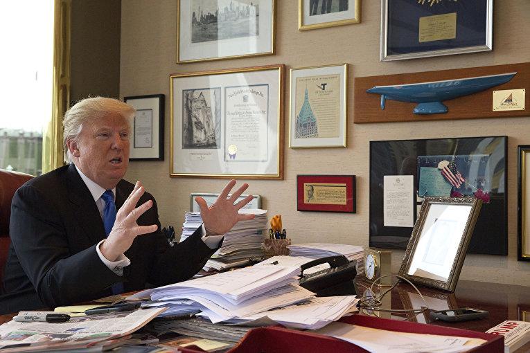 Дональд Трамп во время интервью в своем офисе в башне Трампа